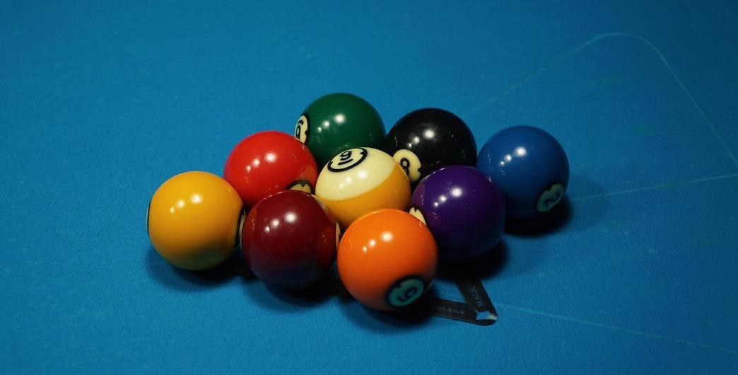 Carpetball et table de billard